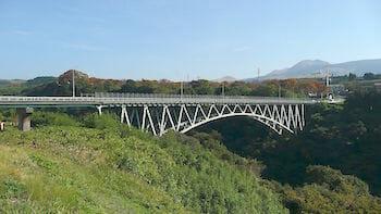 阿蘇大橋(国道325号、熊本県南阿蘇村) 通称「赤橋」/ Wikipedia