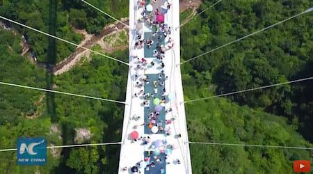 World's longest glass bridge starts trial operation / New China TV