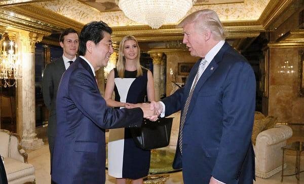 安倍総理と握手するトランプ次期大統領、後ろに長女イヴァンカさん、娘婿クシュナー氏