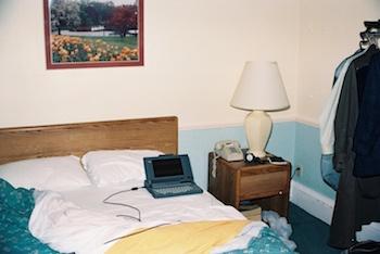 1990年、ホテルの部屋