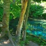 透き通る青が神秘的な神の子池(Kaminoko Pond)