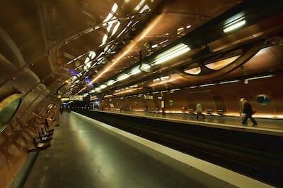 スチームパンク風にデザインされたパリ・メトロの11番線ホーム / Wikipedia