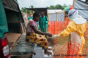 感染の疑いのある患者を受け入れる / MSFスタッフ(ギニア、2014年4月撮影)