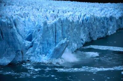 ペリト・モレノ氷河の先端部が崩落しているところ / Wikipedia