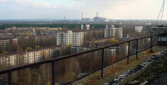 閉鎖都市プリピャチとチェルノブイリ原子力発電所跡(中央の奥)