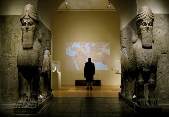 ニムルドから出土した門番となる人頭有翼獣ラマッスの像 / Wikipedia
