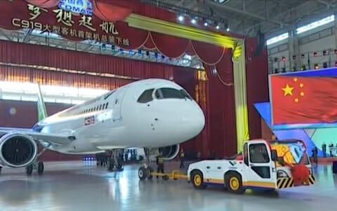 大型客机C919首架总装下线 / COMAC C919, the first airliner made in China (footage) / China News