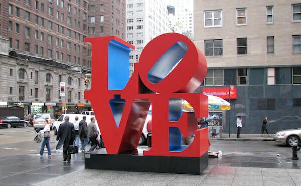 ニューヨークの6番街55丁目の彫刻作品「LOVE」/ Wikipedia