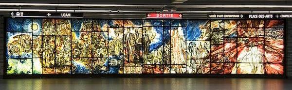 芸術広場駅のステンドグラス / Wikipedia