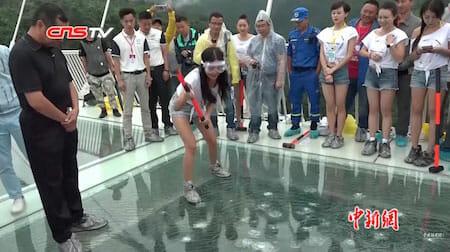 张家界大峡谷玻璃桥被铁锤砸汽车压过依然完好 / Glass bridge in Zhangjiajie: test with hammer and car rolling