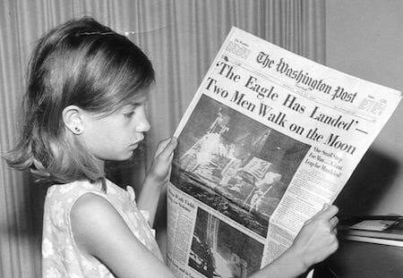 ワシントンポストを読む少女(1969年撮影):記事はアポロ11号の月面着陸に関するもの / Wikipedia