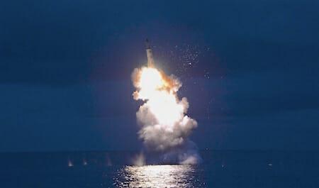 戦略潜水艦弾道弾水中発射成功 (전략잠수함 탄도탄수중시험발사가 성공적으로 진행) / KCTV