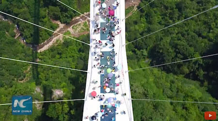 World's longest glass bridge starts trial operation / New China TV