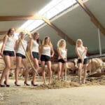 牛舎でセクシーポーズ、農ガールのカレンダー撮影会